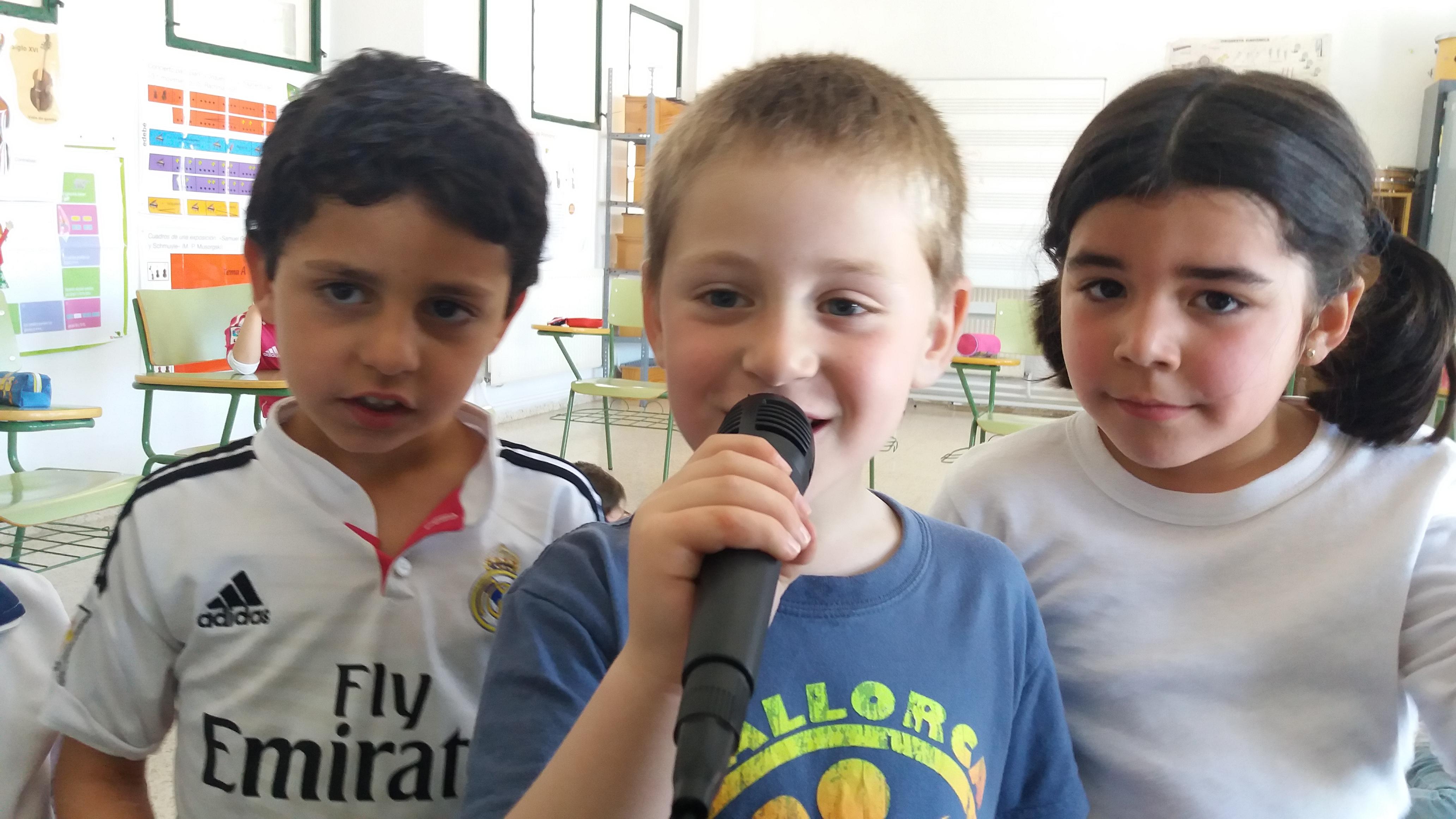 Niños con karaoke